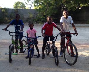 Kinder in Haiti mit den Fahrrädern