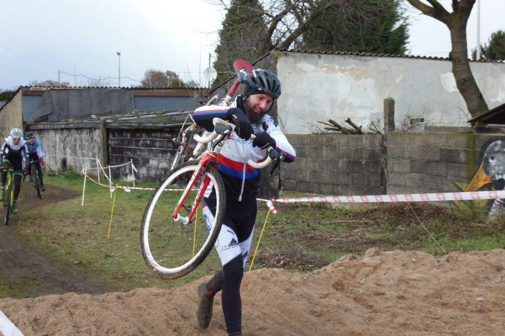Joe schützt sein Rad vor dem Sand