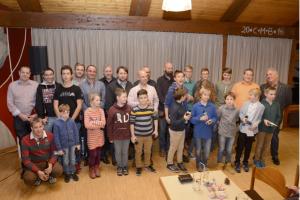 Nach der Ehrung bat der 1. Vorsitzende Klaus Danner zum Gruppenfoto mit Sportlern, Sponsoren und Trainer