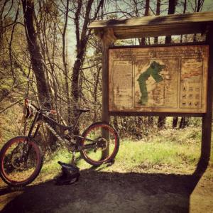 DH-Bike mit Helm in SanRemo, Italien