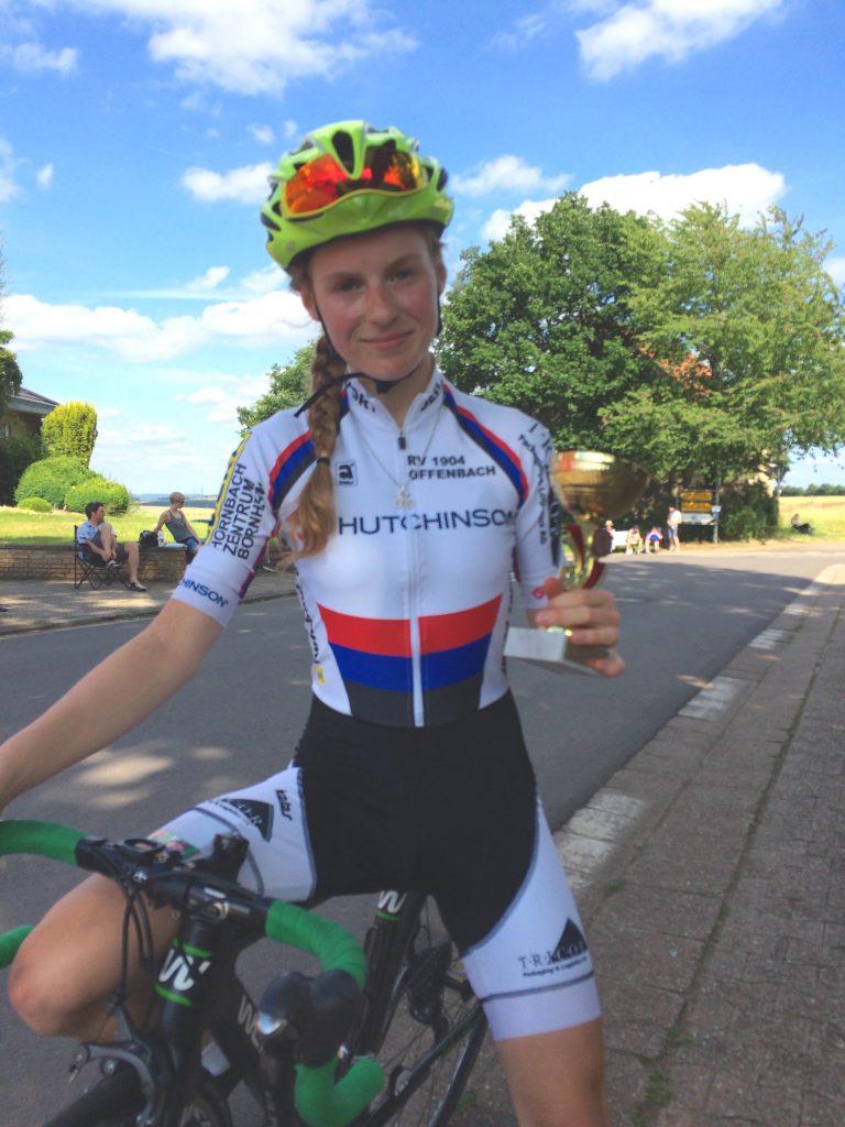 Eva-Maria Zusann mit dem Pokal