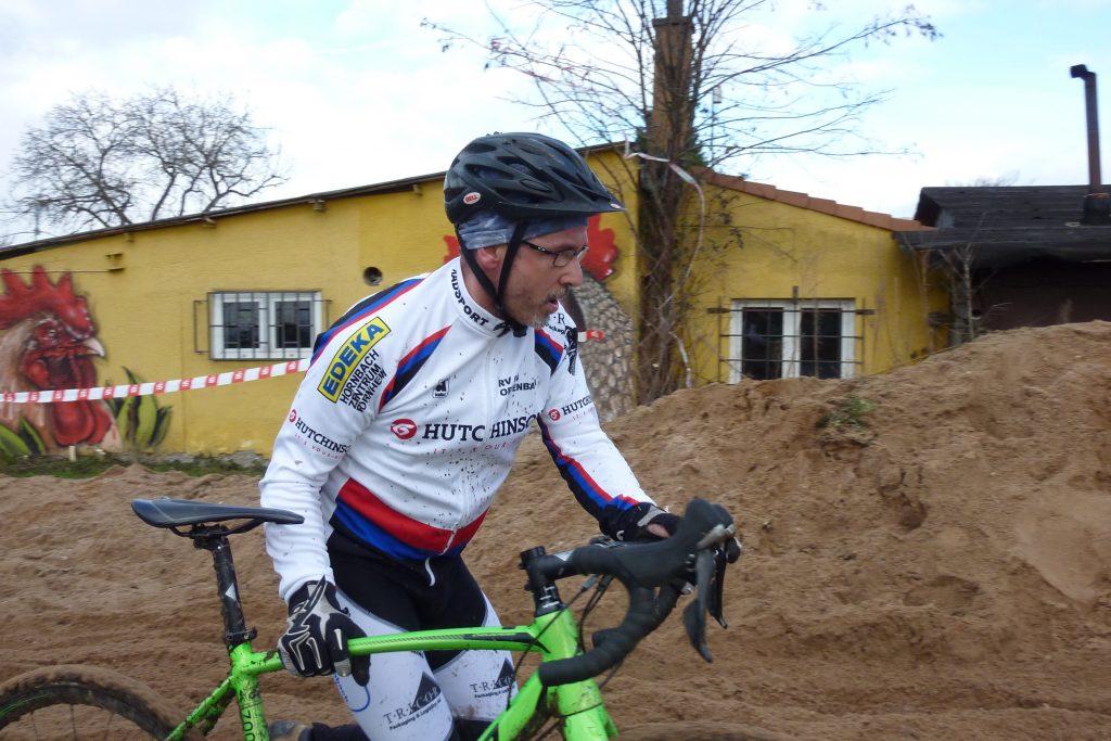 Andreas schiebt durch die Sandgrube