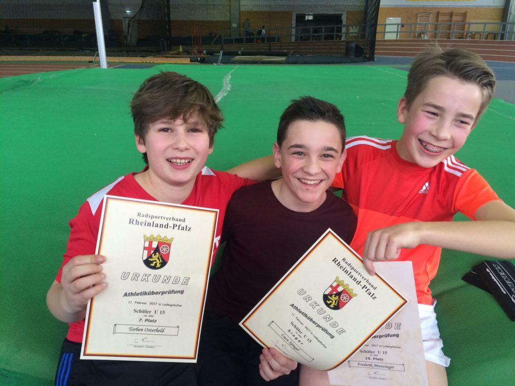 Torben, Luca und Frederik mit ihren Urkunden